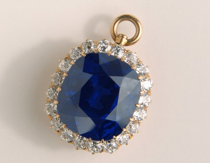 Đá Sapphire được tin là mang lại năng lượng may mắn