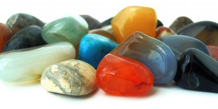 Đá bán quý là những khoáng vất tự nhiên được dùng làm trang sức bình dân và trung cấp