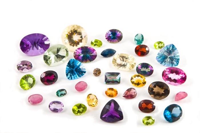 Mỗi loại đá trang sức sẽ có nhiều màu sắc khác nhau