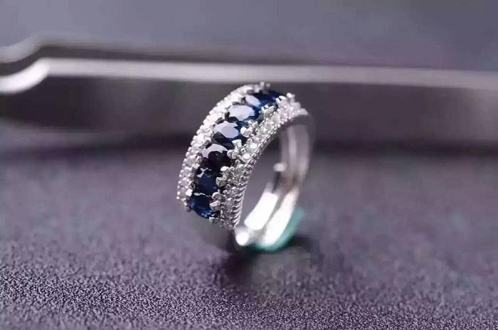 Nhẫn đeo tay có đính đá quý tại Kinggems