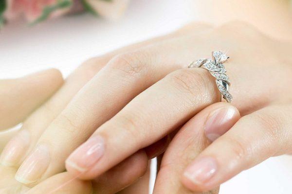 Nhẫn đính hôn đeo ngón nào