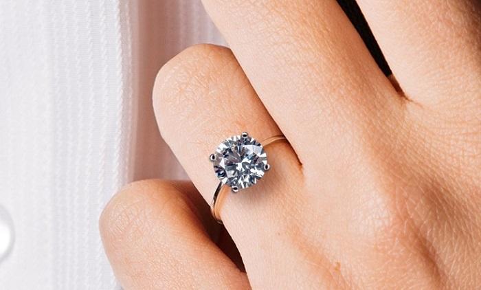Bạn đã biết nhẫn đính hôn đeo ngón nào chưa? 1