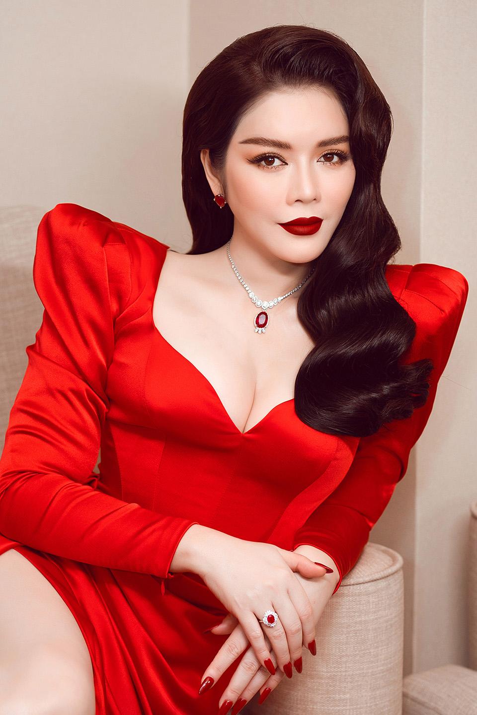 Lý Nhã Kỳ đeo trang sức 5 tỷ, khoe vòng 1 gợi cảm gây náo loạn thảm đỏ